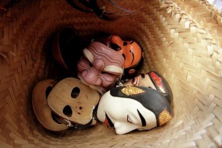 Dharma: Perayaan upacara di Bali yang besar selalu melibatkan pementasan topeng dimana dua orang mementaskan beberapa karakter sehingga menjadi satu cerita