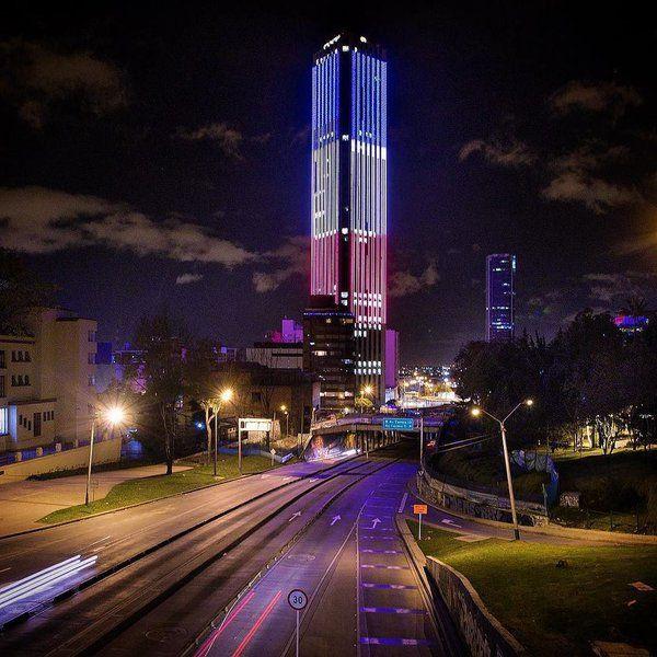 La emblemática torre Colpatria en Bogotá se ilumina con los colores de la bandera de Francia...todos los colombianos somos franceses