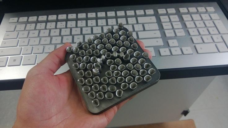 Una base llena de casquetes de Cromo Cobalto recién Sinterizados