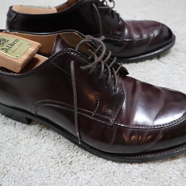 2018/01/27 22:35:09 iszkkzy 数年前にラコタで購入したオールデン。本家アメリカで手に入るものより日本で手に入るオールデンの方が肉厚でクオリティが高いとこの靴を手にして当時感じたのを覚えます。モディファイドラストは履き心地が良い反面、外見は少し変わった感じで抵抗があったが、今は非常にお気に入りの一足。#オールデン #alden #aldenarmy #alden54321 #cordovan #cordovanshoes #burgandy #no8#shoeporn