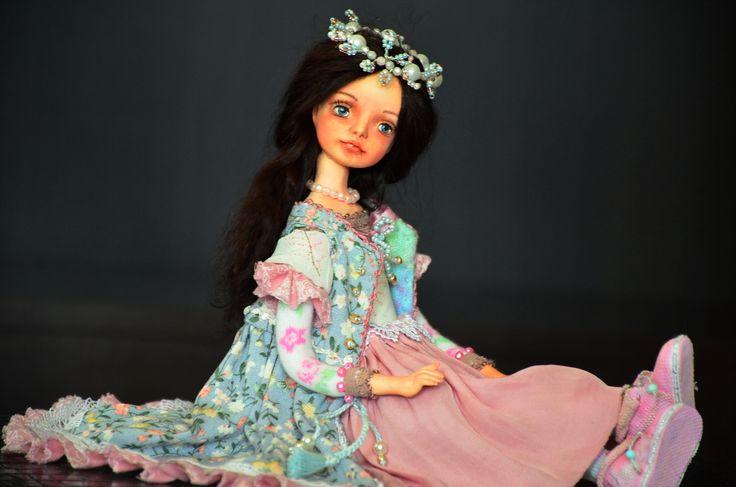 Авторская кукла – это всегда что-то необычное, интересное, притягивающее. Она всегда подразумевает эксклюзивность и ручную работу. С каждым годом спрос растет: одни покупают кукол в подарок, другие – в качестве талисмана, третьи – просто потому, что нравится. Илона Лоик
