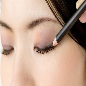 Get Bigger Eyes with Applying Cream Blush