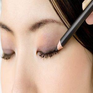 Applying Cream Blush forGet Bigger Eyes