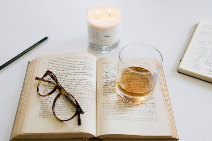 """Cette bougie sent un somptueux mélange de cuir et de pin. La bougie, une fois vide, est un magnifique verre à whisky. Le fond du verre est gravé du splendide logo """"Ranger Station"""" #détente #plaisir #cuir #pin #artisanat  #faitmain #qualité #objet #américain #lamaisondelonclesam"""