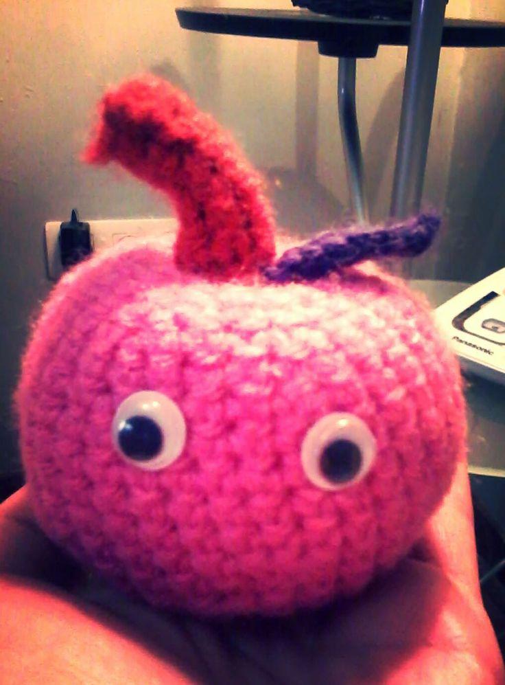 Mi primer amigurumi :). Una manzanita rosa :)