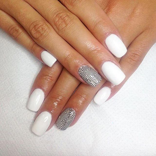 È' quasi tempo di #scuola e #giuliayoungnailsitalia ha deciso di avere #unghie in #bianco e altre a #righe  #fashion #nails