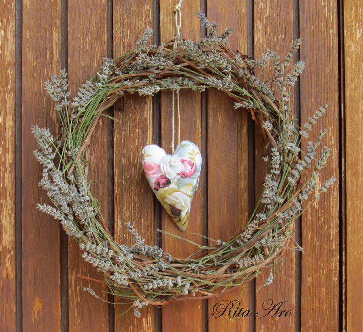 Una coroncina di lavanda con cuoricino di stoffa e fiorellino all'uncinetto