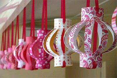 Aprovecha los colores, diseños y texturas de diferentes tipos de cartulinas para hacer lindas decoraciones de fiesta. Ya sea que uses cartu...