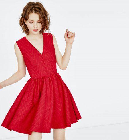 Robe pour petite poitrine : une robe de soirée rouge à chevrons, Maje, 195€