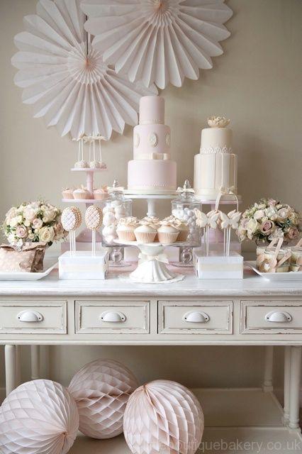 Una mesa de postres para tu #celebración de #boda en #blanco y suaves tonos pastel, un propuesta muy elegante, @Innovias apuesta!