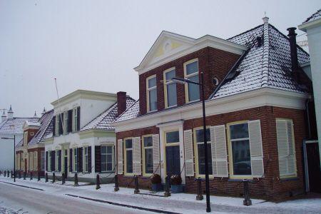 """Assen   """"Stads dorp""""  De provinciehoofdstad van Drenthe is nauwelijks een stad te noemen. Eerder een dorp met omvangrijke buitenwijken, dat zeer laat in de geschiedenis (1807) stadsrechten verkreeg.  Assen ontstond rondom een oud klooster en bleef eeuwenlang niet meer dan dat. In de late achttiende eeuw werd het een toevluchtsoord voor welgestelden, koning Lodewijk Napoleon koos Assen tot zijn zomerresidentie, en zo werd het onaanzienlijke gehucht opgestoten in de vaart der volkeren."""