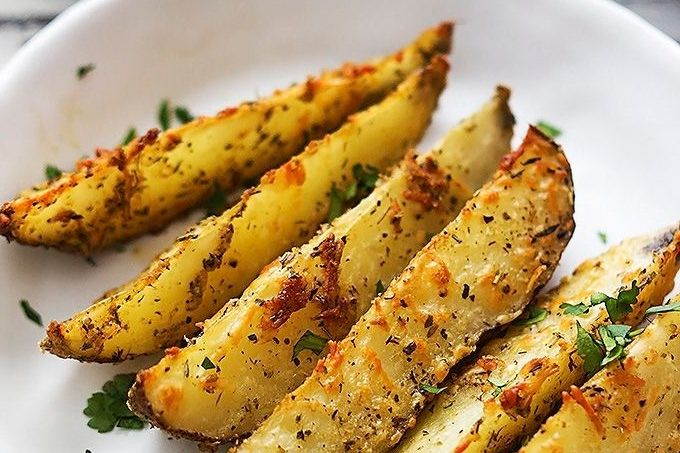 Wij zijn dol op aardappelen, aardappelen zijn erg gezond maar je kunt er ook eindeloos mee variëren! Je kunt er natuurlijk voor kiezen om gewoon aardappelen te koken op het fornuis, je kunt er een heerlijke aardappelsalade mee maken of wat dacht je van lekker gebakken aardappelen of frietjes uit de frituurpan. Wij hebben een nog lekkerder recept gevonden, hoe je binnen enkele stappen heerlijk je eigen gemaakte knapperige gebakken knoflook Parmezaanse aardappeltjes kunt bakken. Wat heb je…