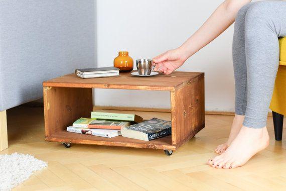 Questo tavolino da salotto stile industriale è fatto per ordinare al momento dellacquisto. Ogni tavolino in legno recuperato è unico e ha un proprio perfette imperfezioni. Utilizziamo legno recuperato per ogni tabella di caffè, che abbiamo accuratamente sabbia a mano per preservare la belle marchi e consistenza del legno. Quindi abbiamo macchia il tavolo in legno, utilizzando una tecnica semplice e applicare un paio di mani protettivo di oli e cere. È possibile scegliere di avere il tavolo…