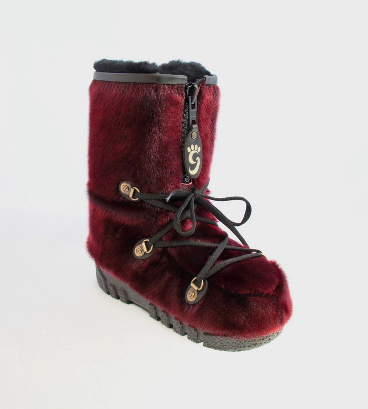 Red sealskin boots / Bottes de loup-marin rouge