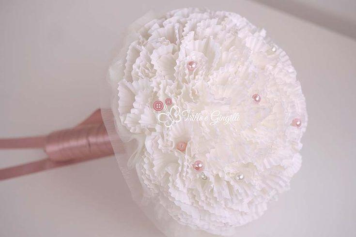 Bouquet bianco con pon pon di carta e perle rosa