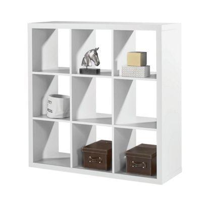 Flexibler als dieser Raumteiler ist kaum ein Möbel. Das <b>weiße Regal</b> aus robuster Flachpressplatte bietet sowohl mit der zeitlosen Farbgebung als auch den Maßen von ca. <b>112 x 112 cm</b> (B x H) jede Menge denkbare Einsatzmöglichkeiten. Ob als Spielzeugregal im Kinderzimmer, Teil Ihrer Bibliothek im Büro oder als Basis für Ihre Dekorationen im Wohnbereich - der Raumteiler passt einfach immer dazu. In den <b>9 offenen Fächern</b> können Sie alles verstauen, was Ihnen gerade in den…