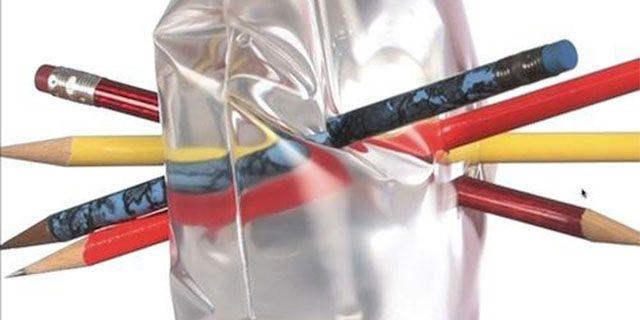 Il trucco delle matite Per fare questo esperimento servono un sacchetto in polietilene, come quelli che si usano per mettere in freezer gli alimenti da surgelare, delle matite e dell'acqua. Riempite di acqua il sacchetto per circa metà della sua grandezza e bucatelo con le matite: l'acqua non uscirà perché quando il polietilene viene spezzato le molecole si avvicinano tra loro, stringendosi intorno alle matite.