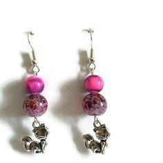 """Boucles d'oreilles en perle de verre rose/mauve et breloque """"chat"""""""