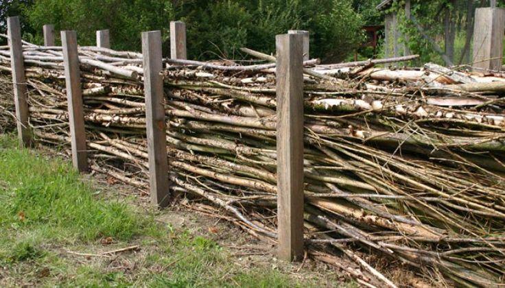 Kvaset – de afskårne grene - skal lægges ovenpå hinanden i en bredde på 50-80 cm. Bank eller grav stolper i jorden til at holde kvaset på pl...