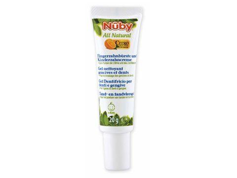Il gel dentifricio per denti e gengive Nûby™ Citroganix™  e' completamente naturale. E' stato studiato specificatamente per pulire denti e gengive del bambino dai 4 ai 24 mesi in totale sicurezza. Sicuro se ingerito, questo gel viene venduto assieme allo spazzolino da dito in silicone, in modo da poterlo massaggiare sulle gengive e pulire efficacemente. Senza fluoruro, il nostro gel dentifricio lenisce le gengive irritate ed e' efficace al 99,999% contro i batteri che causano la carie