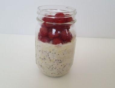 Für die Zoats die Zucchini schälen und fein raspeln. Mit den anderen Zutaten in ein Glas geben und gut durchrühren. Über Nacht oder mindestens 3