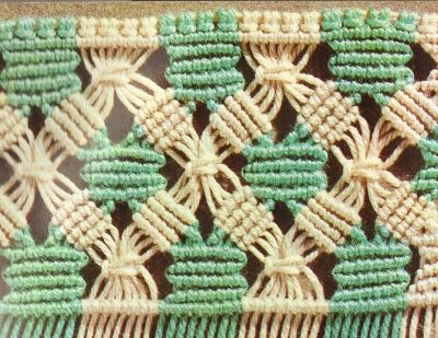 se combina un nudo cadena central con cordoncillo oblicuo. El tejido se enmarca en nudo acordonado horizontal