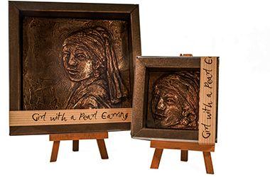 Kunstenares Anat Ratzabi maakt chocolade kunstwerken. Elk kunstwerk is handgemaakt van fijne chocolade en versierd met een eetbare bronzen laag. Speciaal voor de Bijenkorf heeft ze de kunstwerken het Meisje met de Parel, Rembrandt en Vincent van Gogh gemaakt.