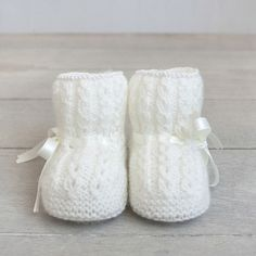 Patucos para bebé tejidos a mano.