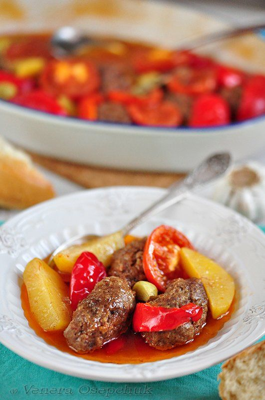 Измир Кёфтеси - это традиционное турецкое блюдо и в дословном варианте переводится, как котлеты по-Измирски (кёфте - котлеты, Измир - город в Турции).Те, кто знаком с этим блюдом знают, что котлеты и …