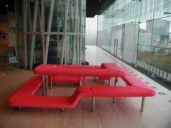 [F] この椅子はメビウスチェアーと呼ばれています。デザインはカリム・ラシッドです。