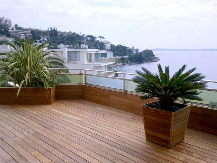 Terrasse fleurie. Pour cette terrasse avec une magnifique vue mer, nous avons mis en place les jardinières et les plantations. Nous pouvons nous entourer de professionnel du bois pour vos planchers.