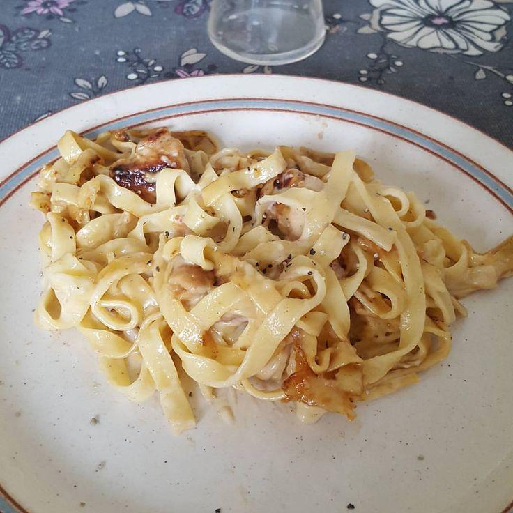 Slängde ihop en liten kyckling-krämig pasta med bacon/ost ...  #RECEPT FAV TODO #bönpasta #mjukost #kavli #mjukost sås lök svamp