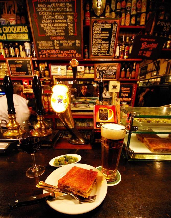 Nos vamos de tapas por Madrid!!! Aquí tenéis nuestros locales favoritos, llenos de historia, bulliciosos y con mucho encanto.   http://www.vacaciones-espana.es/Madrid-ciudad/articulos/los-10-mejores-bares-de-tapas-en-madrid
