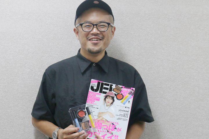 雑誌をつくる人:「JELLY」編集長・福田 京平(ふくだ きょうへい)   Vol.8 「JELLY」    時代を映し、時代を作ってきた雑誌。  ウェブ媒体が多い中で、今もなお強い存在であり続ける雑誌のことをもっと深く知りたい。そんな思いから始まったこの連載。  雑誌の顔でありその方向性を担う編集長へインタビューを行っていきます。    第8回目は、オトナなギャル系ファッションが若い女性からの支持を集める「JELLY(ジェリー)」です。ギャル系雑誌の休刊...