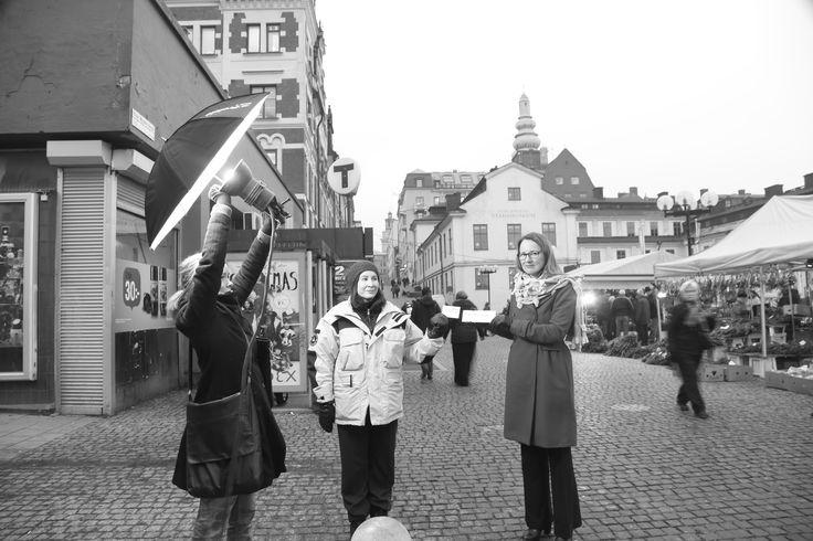 Fotograferingen av Röda Korsets generalsekreterare Ulrika Årehed Kågström, vid Slussen, Stockholm. Hjälpsam medmänniska ;-)