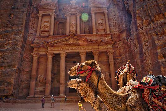 Il Tesoro di #Petra   In #Giordania, tra storia e meraviglia http://www.viaggidellelefante.it/medio-oriente/giordania L'intero Parco Archeologico di Petra copre un'area di 264.000 metri quadrati (264 dunum) all'interno del Wadi Musa e dal 1985 è Patrimonio Mondiale dell'Unesco; l'antica città nabatea risale a più di 2.000 anni fa. L'ingresso orientale di questo monumentale sito archeologico è costituito da una spettacolare e profonda fessura nelle rocce, lunga più di un kilometro e con...
