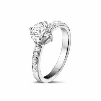 - 1.00 caraat diamanten solitaire ring in wit goud met zijdiamanten