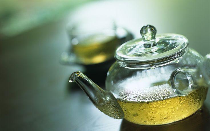 Sokan azért isznak kávét, hogy felpörgessék magukat a reggeli órákban. Ez nyilvánvaló, hiszen köztudott, hogy a kávéban sokkal több koffein található, mint a teában. Viszont a zöld teában található koffein mennyiség pont elég arra, hogy elindítson minket a nap elején, és kevesebb az esély a koffein túladagolásra, amely hányingerhez, remegéshez és fejfájáshoz is vezethet. Továbbá növeli a teljesítőképességet a nap folyamán. Holnap mindenki ki is próbálhatja! #ukko #ukkotea #tea #zöldtea