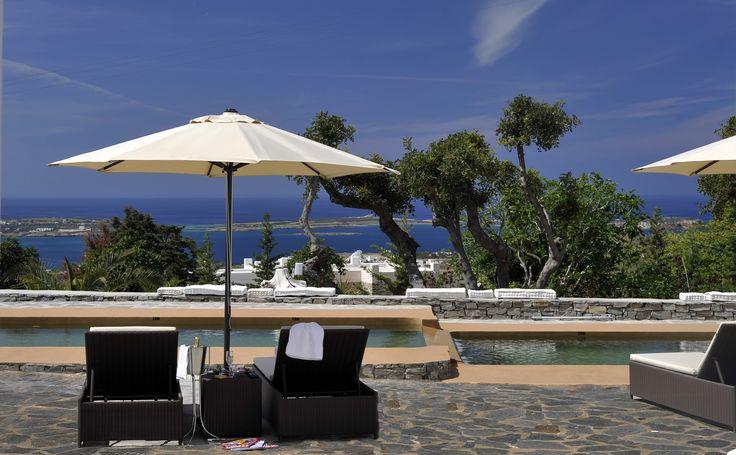 """""""Paros Butterfly Villa 3"""" in Cycladen, Griekenland. Uitzicht vanuit de woning op zee, de bergen en de tuin."""