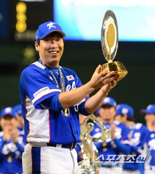 """[두산] MVP 김현수 """"프로생활 첫 MVP, 너무 기쁘다"""" : MLBPARK"""