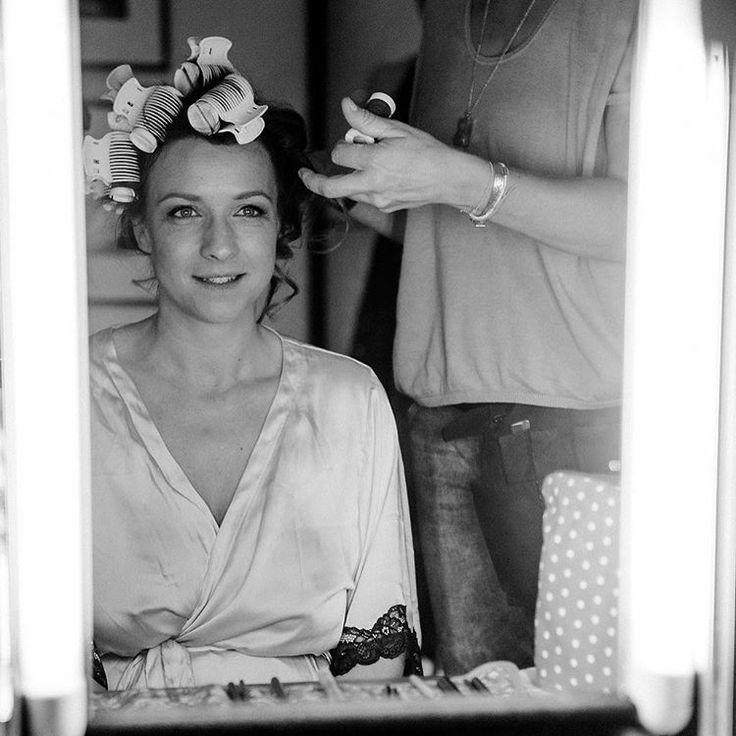 17. getting ready: in diesem Moment, in den Händen der wunderbaren @femkeschuh_beautyarts hatte ich dann doch plötzlich ganz schön Herzklopfen 💗 Nochmals vielen Dank, dass du mich so wunderbar gestylt und geschminkt hast! #instaweddingchallenge #instawedding #gettingready #wedding #beauty #hochtietopndiek #instabride Fito: @mirjahoechst