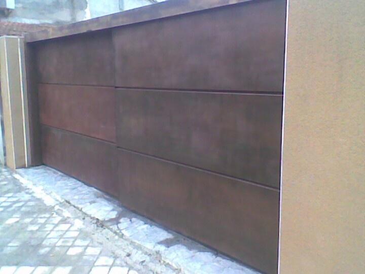 Cor-ten steel gate with a motor-Con motor en la parte de arriba una obra de ingeniería