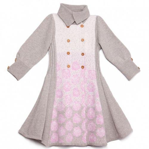 Winterrose coat er en nydelig kåpe i lammeull med dobbelknapping i front, fint rosemønster i tre farger, swung i skjørtet og folder i sidene som gir komfortabel stretch. str 92 - 152 Treknapper. Matcher Winterrose kjole kjole. Produsert i Europa av italiensk ecotex 80% lammeull og 20% polyamide.
