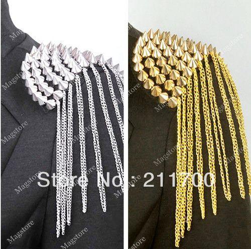 charretera: Divisa militar de oro, plata o seda, en forma de pala o media luna, que se sujeta sobre el hombro y de la cual pende un fleco.