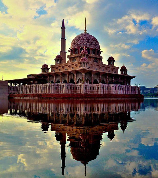 Ce somptueux reflet est celui de la Mosquée de Putra, en Malaisie. Culminant à 116 mètres d'altitude, elle peut accueillir 10 000 croyants