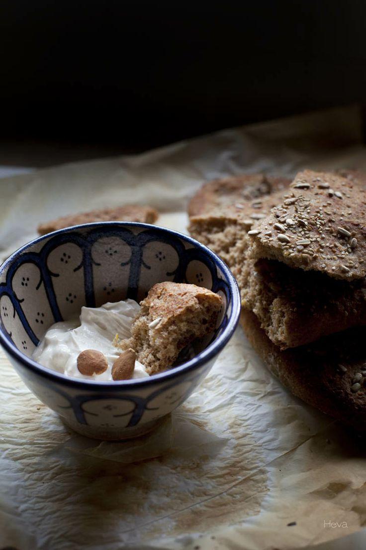Pan persa de garbanzos con labneh de cabra {Legumbres}