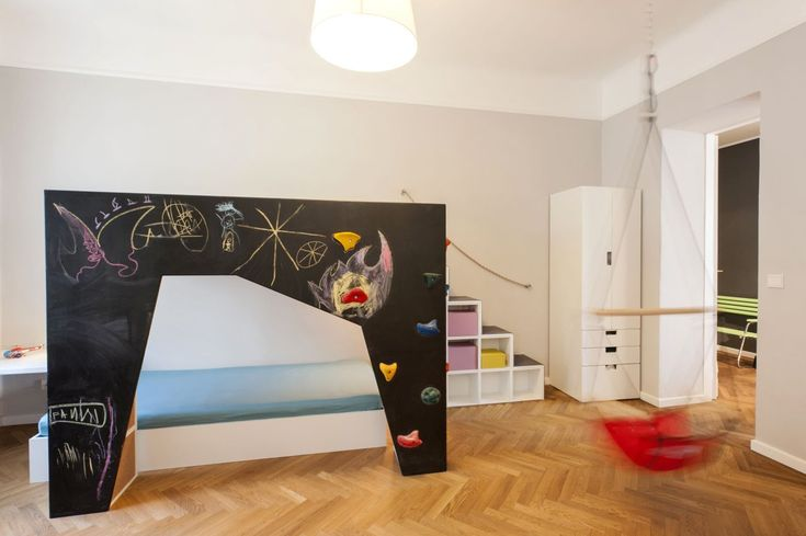In the kid's bedroom, parents have built a fantastical bridge painted with blackboard paint and supported at the back by shelving; this is the entrance to a magical dream land. | @INpuls