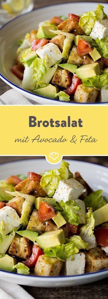 Darf's in deinem Salat auch mal knuspern? Dann gibt's jetzt krosse Kräuter-Croûtons im XXL-Format, gebettet auf einem Salat aus Avocado, Feta und Tomaten.