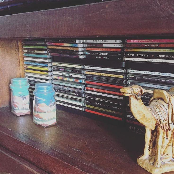 Revendo minha coleção de cd #cd #raro #coleção #ouvir #momentos #lembranças #fds #sunday #domingo #diadesol #nostalgia #compactdisc #objetos #camelo #areia #vintage #móveis #demolição #homesweethome #lar
