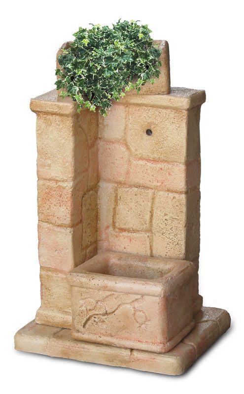 Fontana da giardino modello Fonte antica, finitura: pietre del borgo. Fontana adatta anche a giardini di piccole dimensioni; il vasetto superiore permette di abbellire la fontana con piante o fiori.